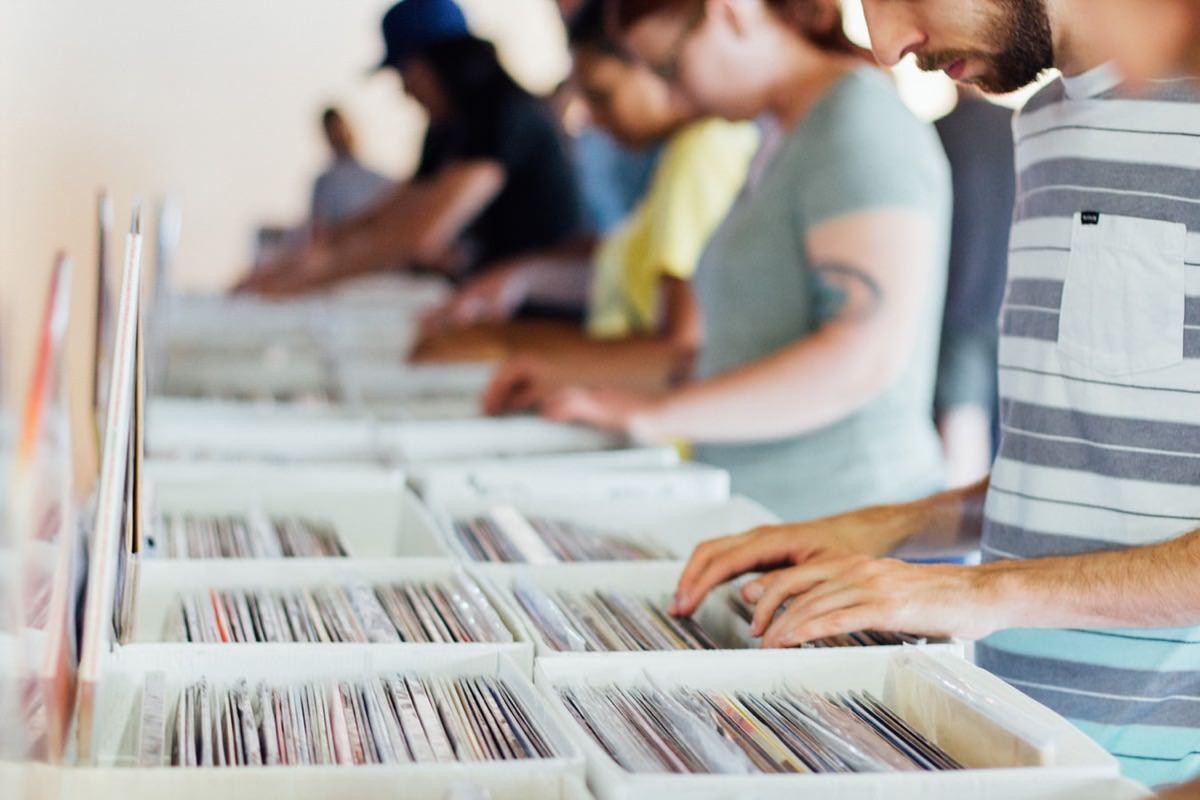 レコード探す人イメージ