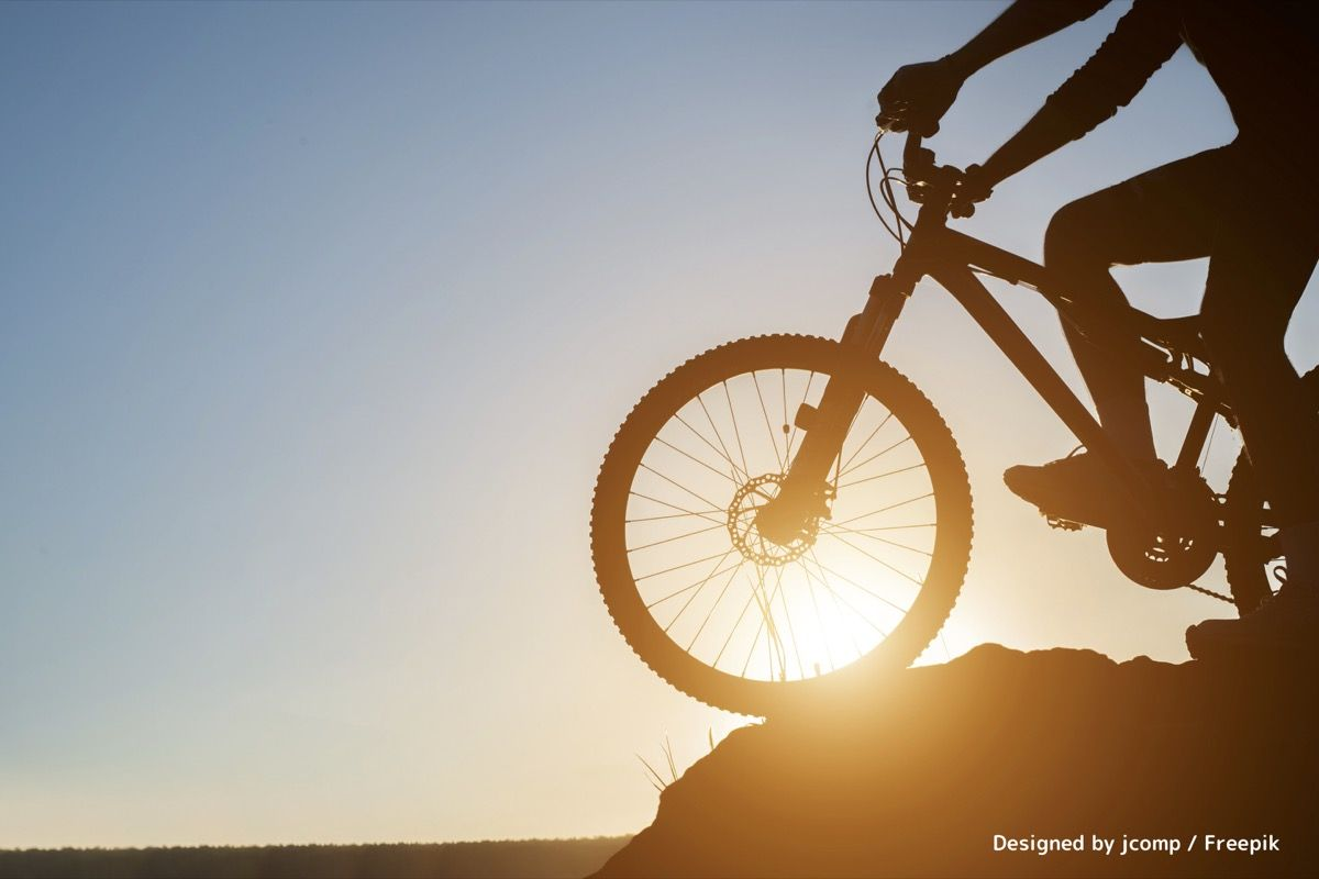 山と夕日と自転車