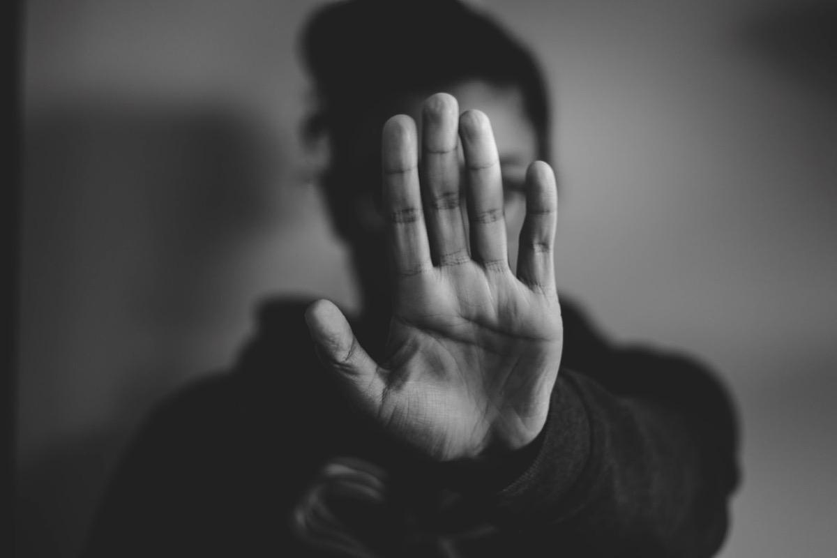 手のひらを向ける女性