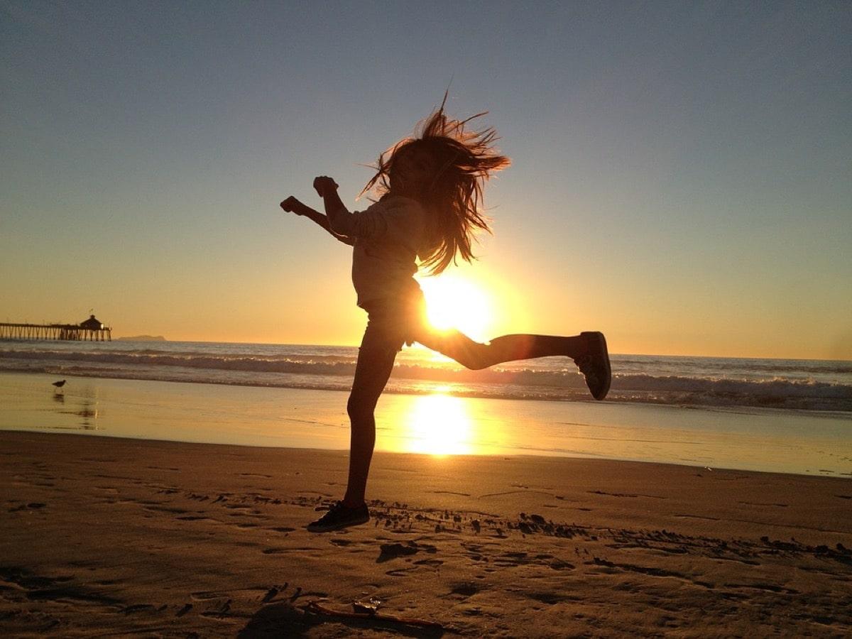 浜辺で運動する女性