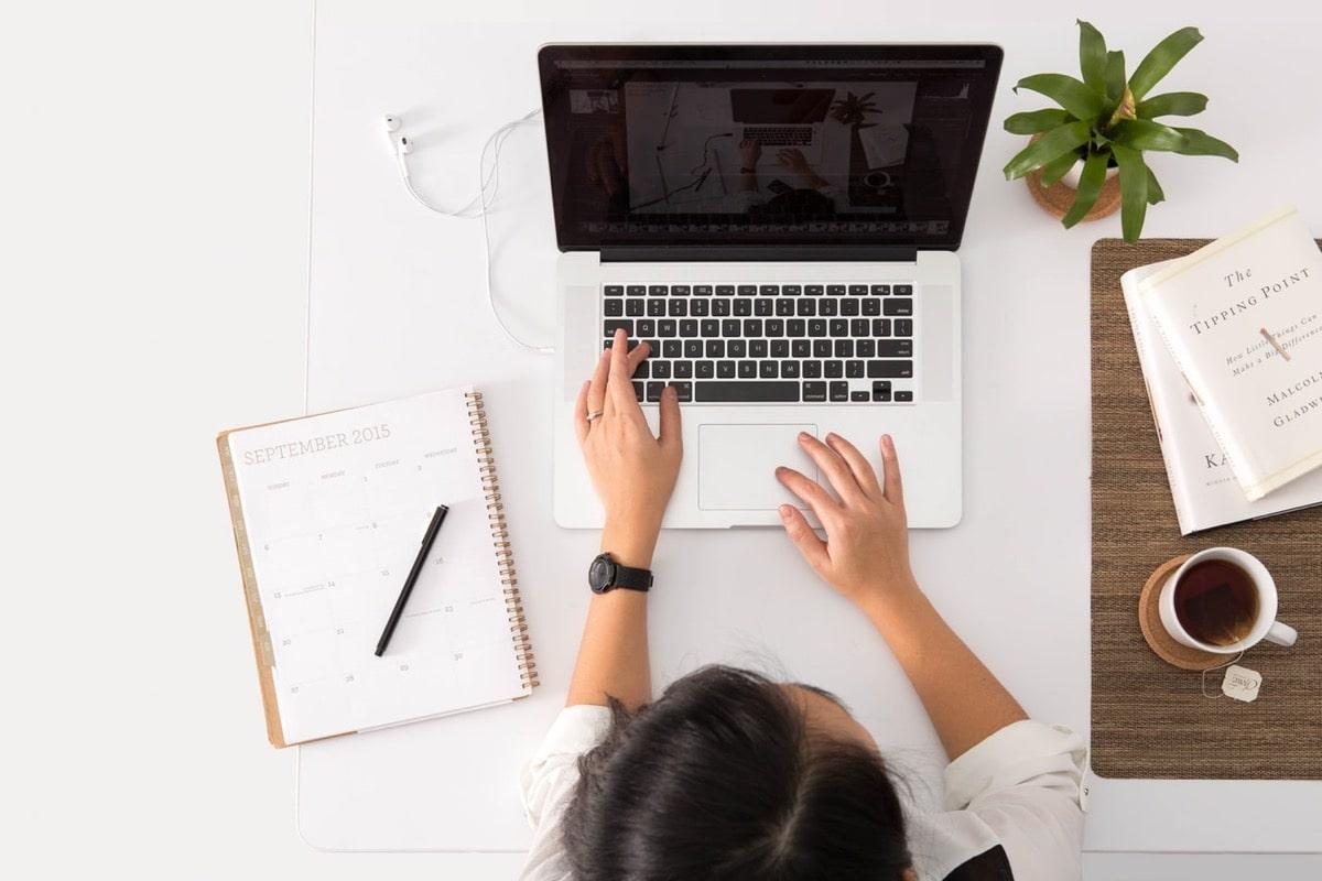 白い机でオンライン学習