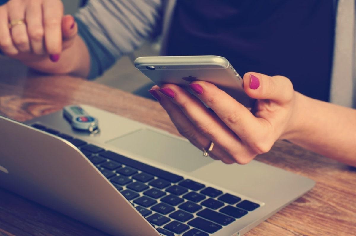 茶色の机でオンライン学習