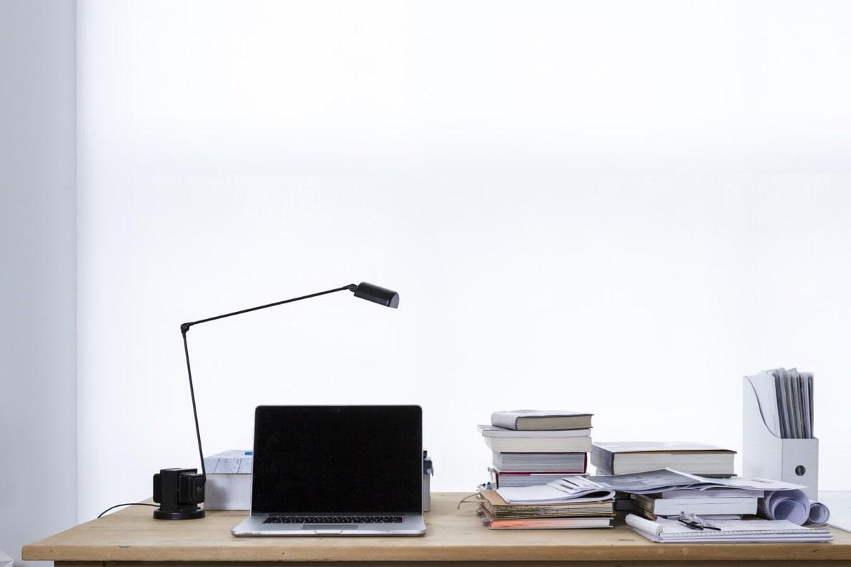 机の上のPCと本