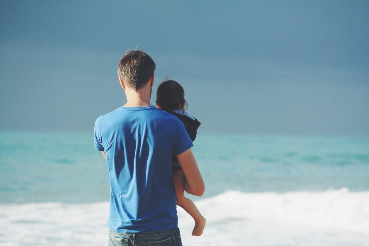 海岸にいる親子