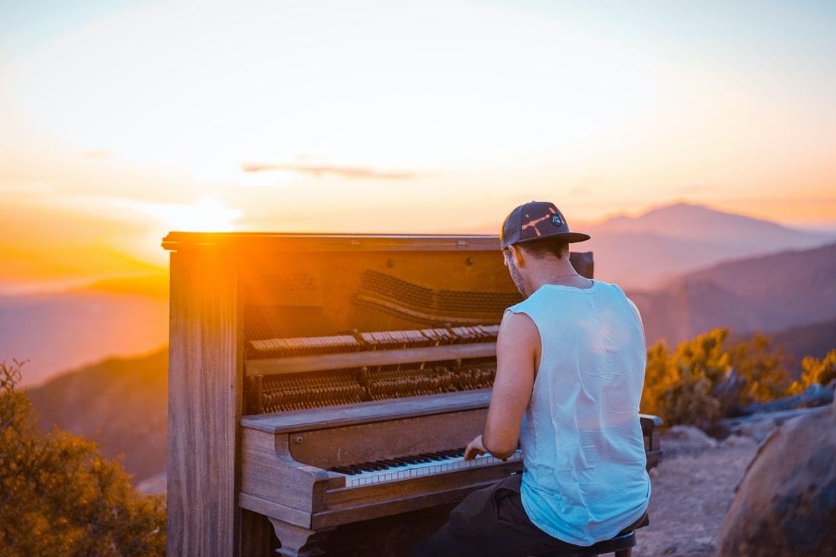 夕暮れにピアノを弾く男性