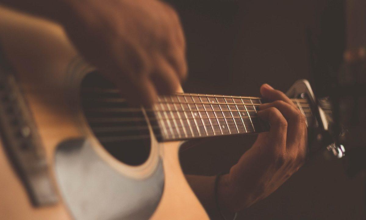 ギターを引く男性