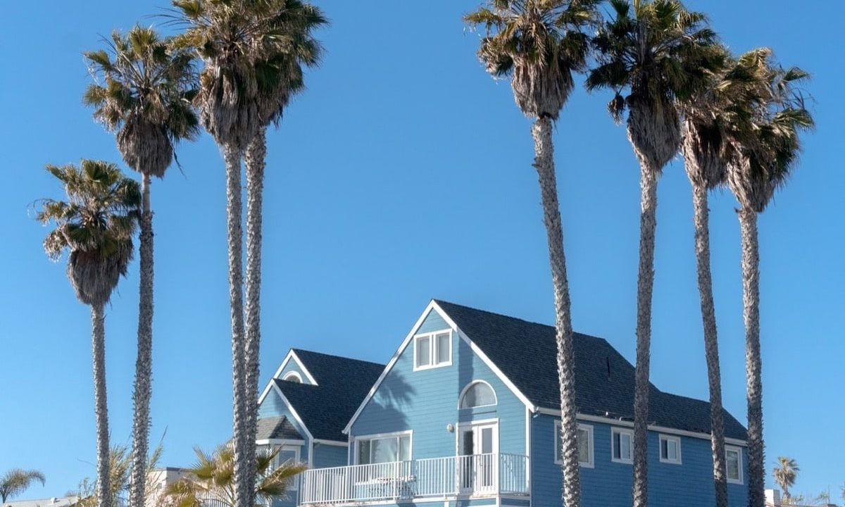 青い空と青い家