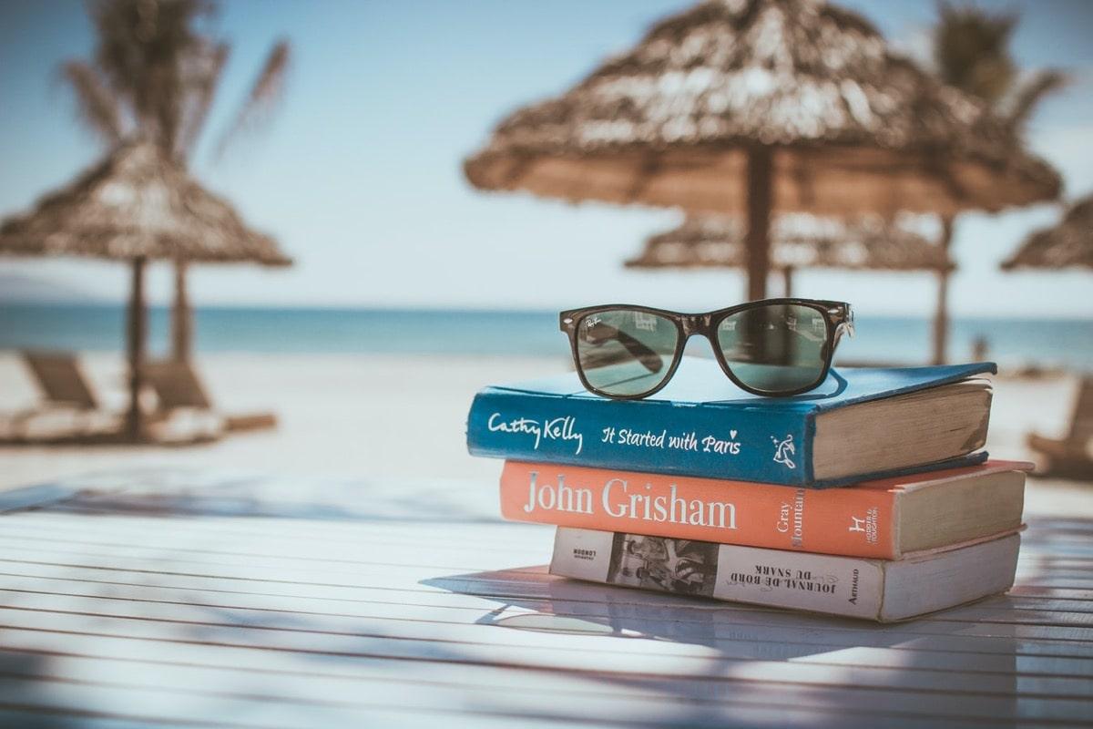 浜辺の本とサングラス