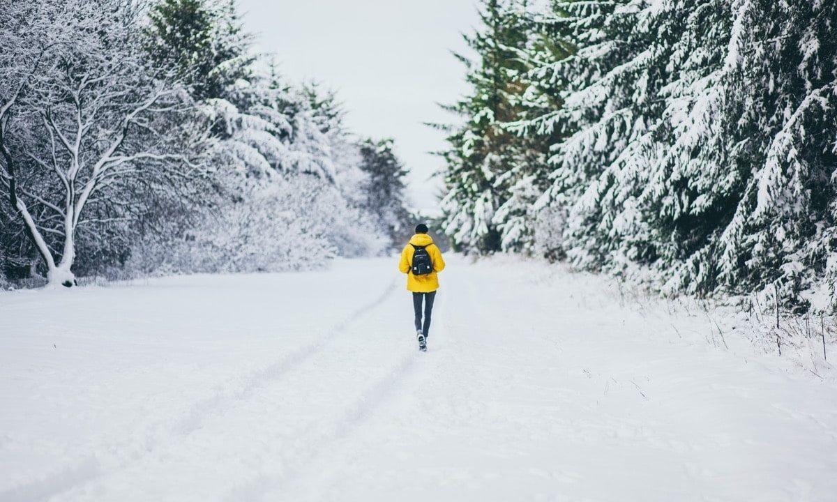 雪の中を歩く青年