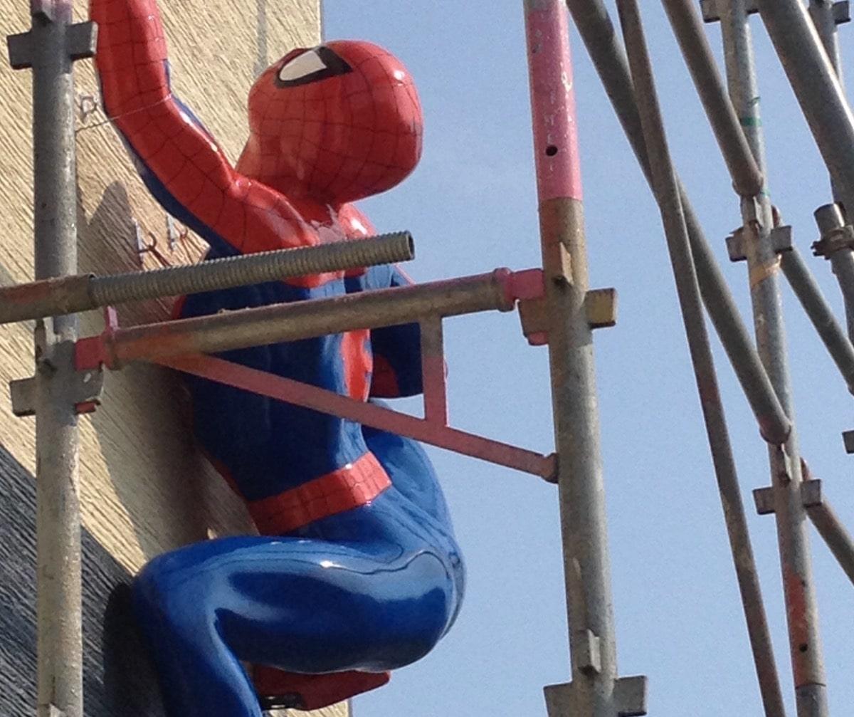 壁をのぼるスパイダーマン