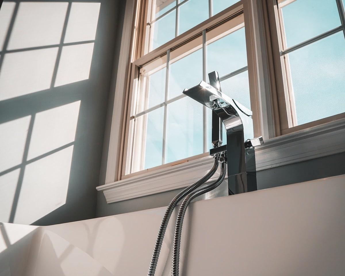 お風呂の混合栓と窓