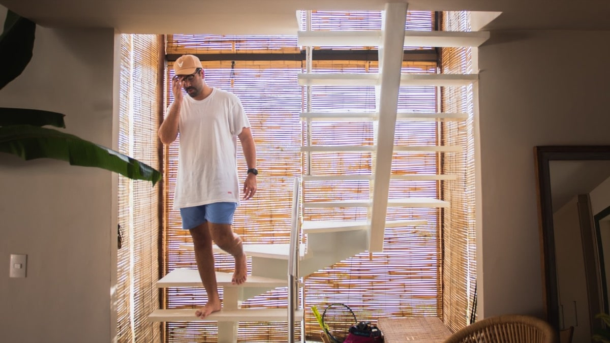 リビング階段から降りてくる男性